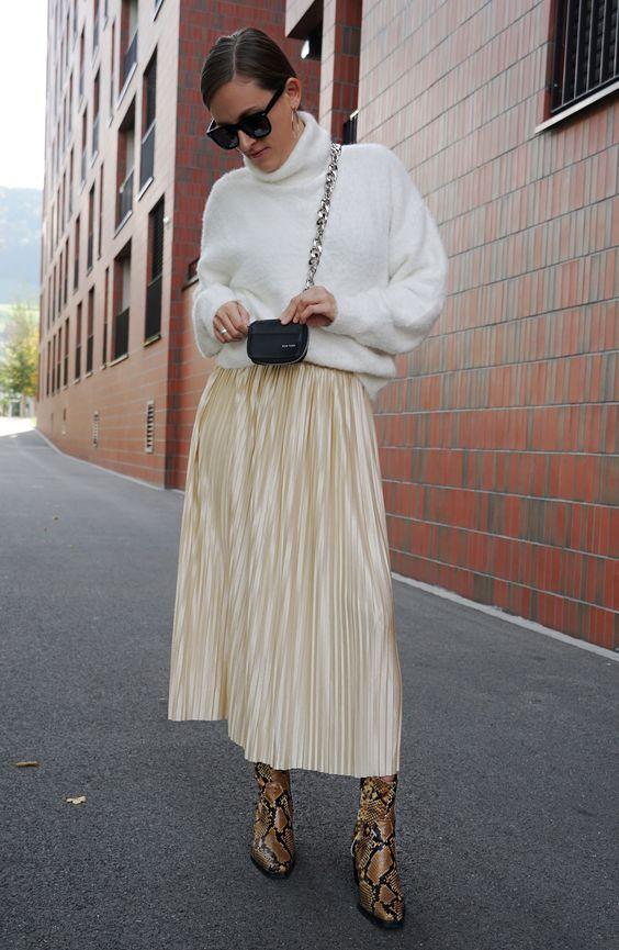 outfit falda beige suéter blanco bolsa negra