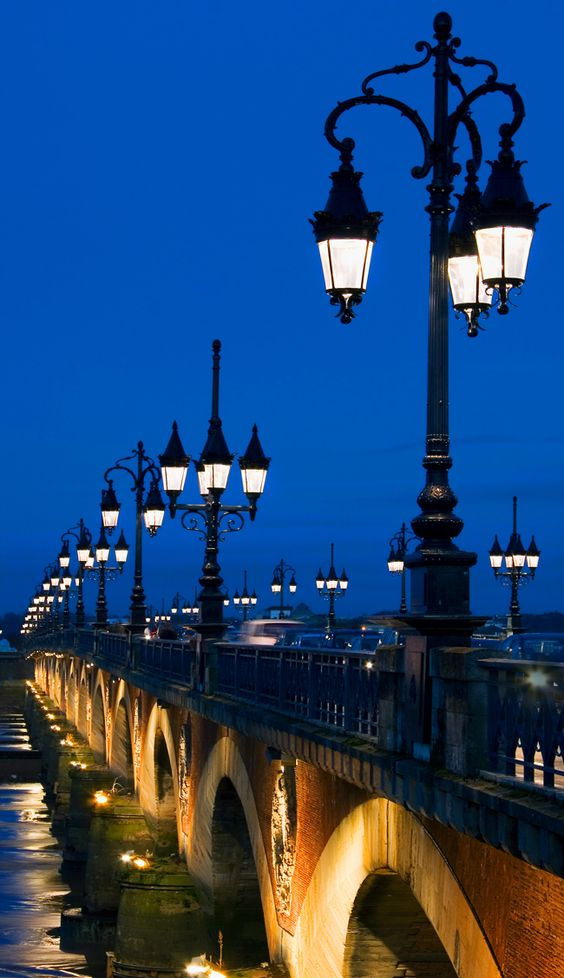Pont de pierre de Bordeaux                                                                                                                                                     Plus