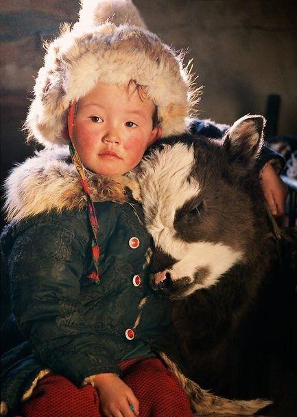 Petit garçon de Mongolie avec son petit veau. Comme un calin <3<3