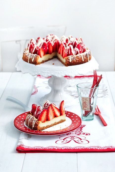 Amarettini-Erdbeer-Cheesecake (Heft: Mai 2012) Foto © Thorsten Suedfels für ARD Buffet Magazin