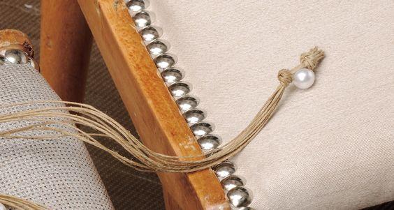Os detalhes e as texturas são de uma importância extrema. A Stoc Casa trata da estofagem das suas cadeiras ou sofás e a Élities tem tecidos ótimos para essa finalidade.