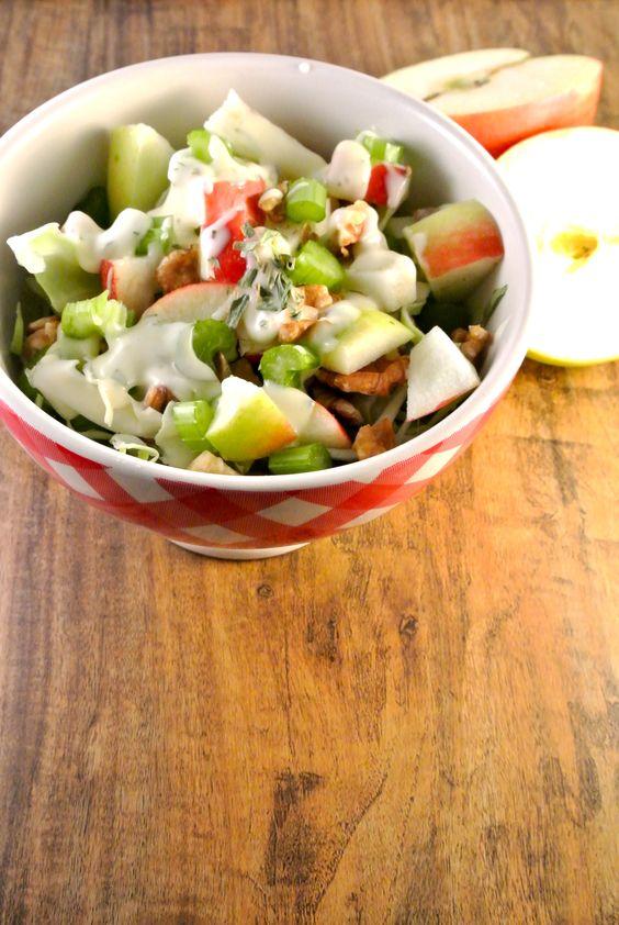 zeer lekkere spitskoolsalade met walnoten, appel en bleekselderij (in het sausje walnootolie en appelazijn en geen citroen gebruikt)