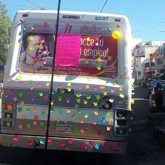 Hasta al microbusero le llenan de mensajes