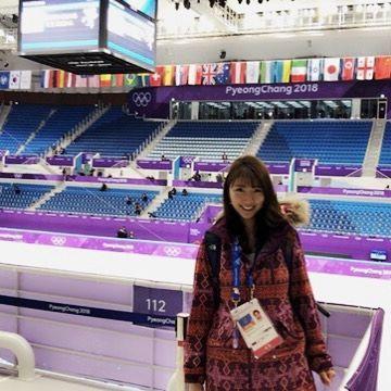 平昌オリンピックでフィギュアスケートの会場にいる三田友梨佳アナの画像