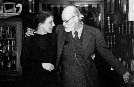 Esse texto é poderoso não só porque é um ensaio do grande médico e fundador da Psicanálise, Sigmund Freud.