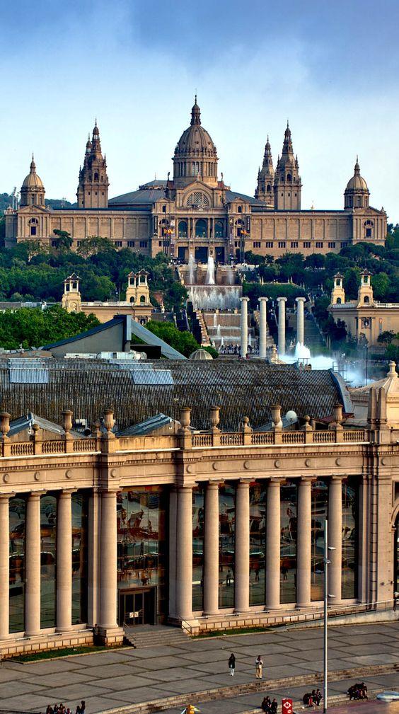 Museo Nacional en Barcelona.  Aquí encontrará obras de arte notables del románico y gótico catalán, una excelente colección de pinturas murales y tallas en madera, y una exposición de arte español y europeo barroco