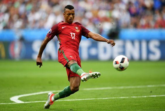 Nani, Angriff : War als Erstes beim am Boden zerstörten Ronaldo und sprach ihm...