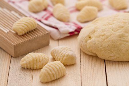 Gli gnocchi sono una delle preparazioni più conosciute in tutto il mondo poichè costituiscono un piatto molto semplice e sostanzioso che si adatta ad ogni tipi di condimento. Piatto di origini antichissime, gli gnocchi, possono essere preparati con farine differenti: farina di frumento, di riso, di semola, con patate, pane secco, tuberi o verdure varie. Di sicuro, al giorno d'oggi come nell'antichità, la varietà più diffusa ed apprezzata sono gli gnocchi di patate, anche se ne esistono tante…