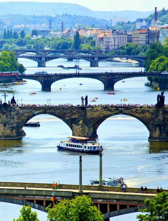 Puentes sobre el Moldava de la ciudad de Praga, República Checa.
