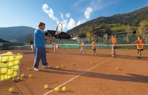 Tennis auf 1.100 Höhenmeter im Sommer. Mit der klaren Bergluft der Kärntner Nockberge wird jeder Ball erreicht, ausprobieren? http://www.pulverer.at/aktivurlaub-kaernten.de.htm