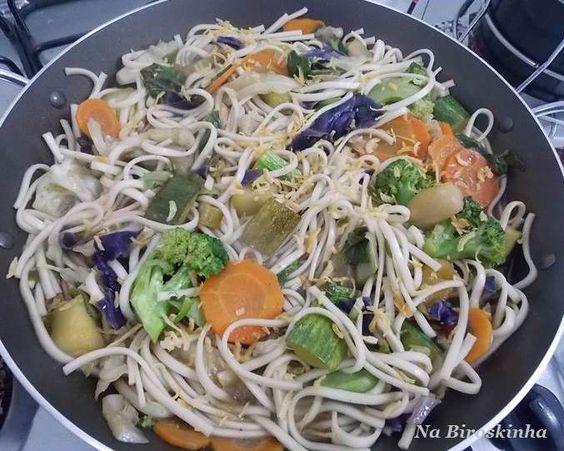 Macarrão Udon com Verduras e Legumes - Na Biroskinha