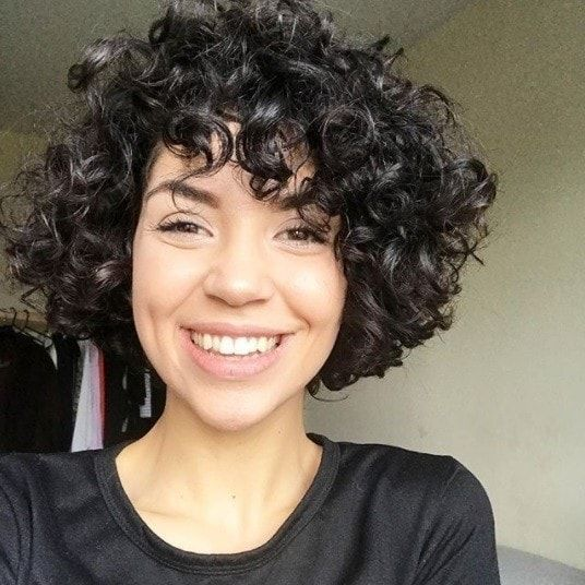 Cute Short Curly Hair For Beautiful Brunettes Curly Chinlenght Brunette Short Curly Hair Is Curly Hair Styles Short Curly Hair Curly Hair Styles Naturally