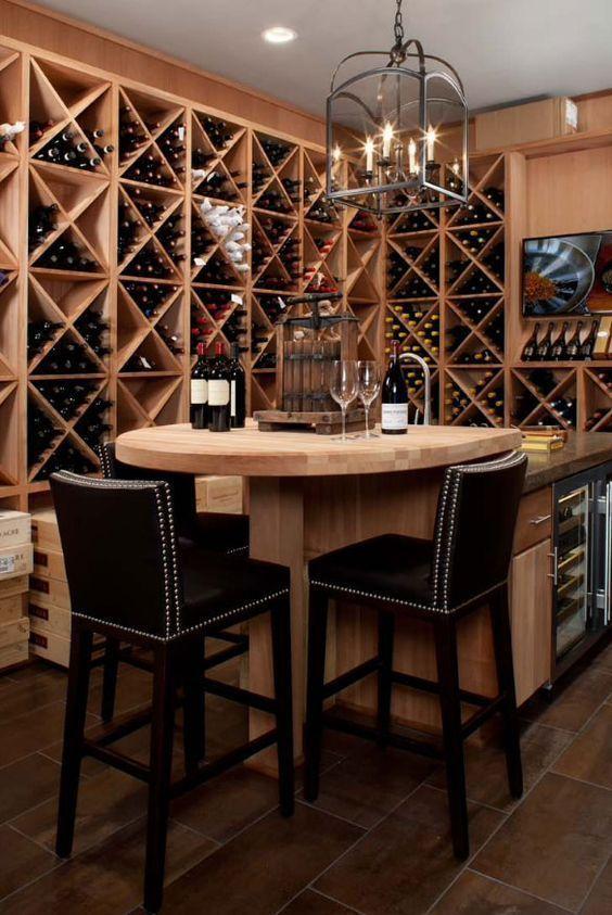 Cave à vin aménagée avec une table haute et des tabourets de bar
