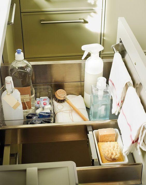 Cajon con productos de limpieza (cocina)