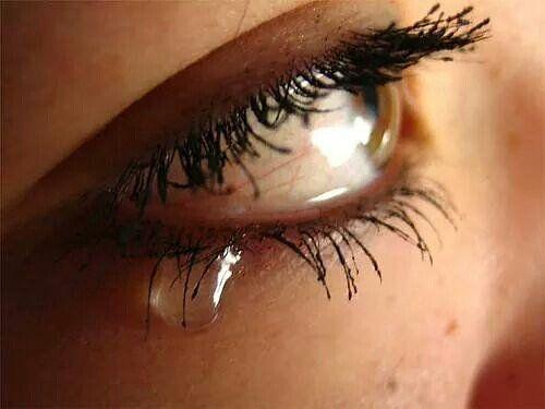 لما تغيب فتره عن شخص ولايسال عنك خلاص لاتكذبين على نفسك انك تهمينه لو تهمينه كان فقدك وفكر فيك وسال عنك استوعبي الكلام يا نفسي Silent Tear Expressions Tears