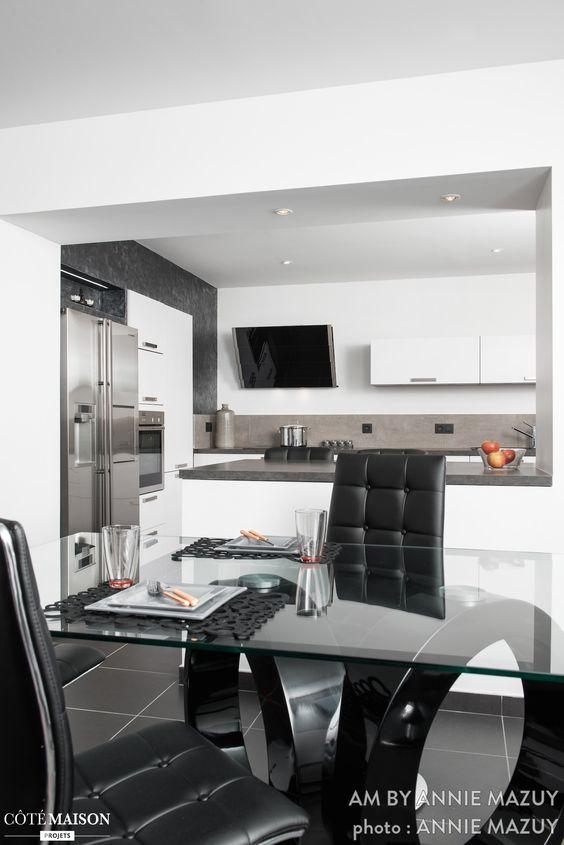 salle manger chic et masculine avec si ges noirs en cuir et table transparente design d. Black Bedroom Furniture Sets. Home Design Ideas