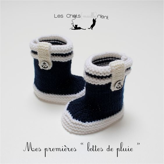 chaussons bb tricots main style bottes de pluie bleu et blanc