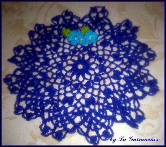 Centro de mesa em crochê feito em linha 100% algodão. <br>23 cm de diâmetro