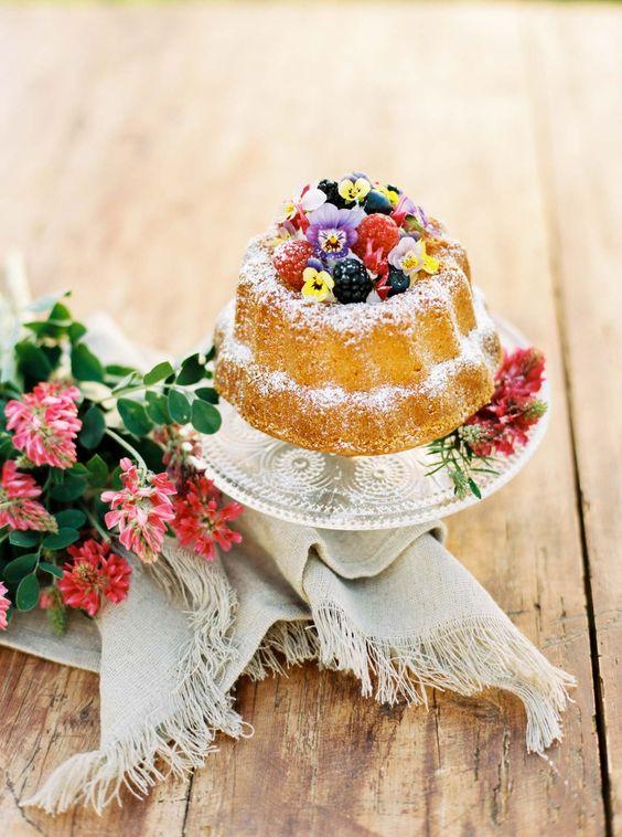 Silvia Fischer. echte kuchenliebe. Feiner Gugelhupf mit Beeren und essbaren Blüten