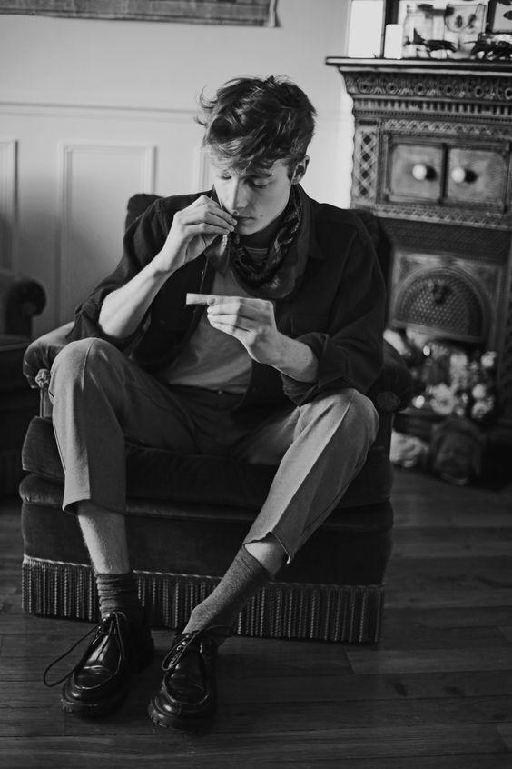 ソファーに深々と座りかっこよくタバコを吸う男性