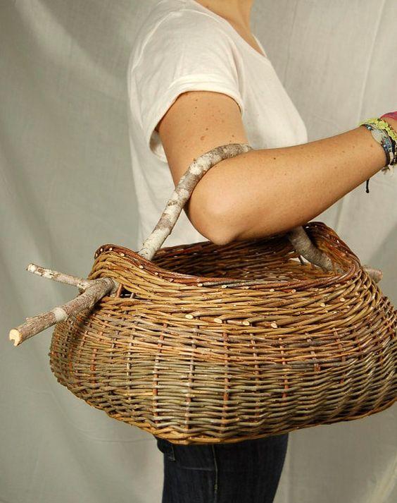 SOLDES  Prix usuel 95 euros !    Panier de cueillette en osier, écorces brunes et vertes  Anse en branche de noisetier    Idéal pour la cueillette
