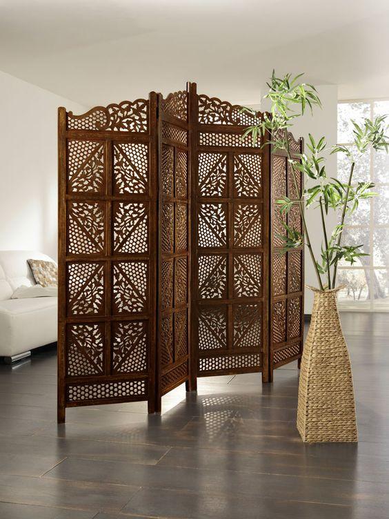 Paravent en bois ajouré dans un salon à la décoration exotique