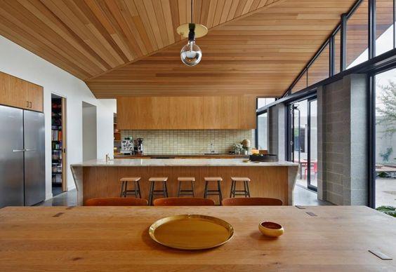 Ampia, luminosa e funzionale, la cucina abitabile è dotata di un bancone per i pasti più veloci e di un tavolo rettangolare in legno di cedro per ospitare tutta la famiglia. Lo sguardo è aperto sul cortile