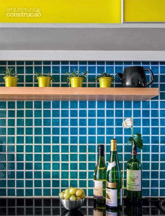 Apartamento brinca com tons de azul amarelo e cinza! www.diycore.com.br: