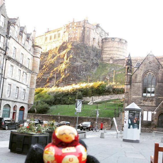 One chilly morning around Edinburg castle. #travel #toys #travelbuddies #babushka #travelingtoys #aroundtheworld by travelingbabushkas