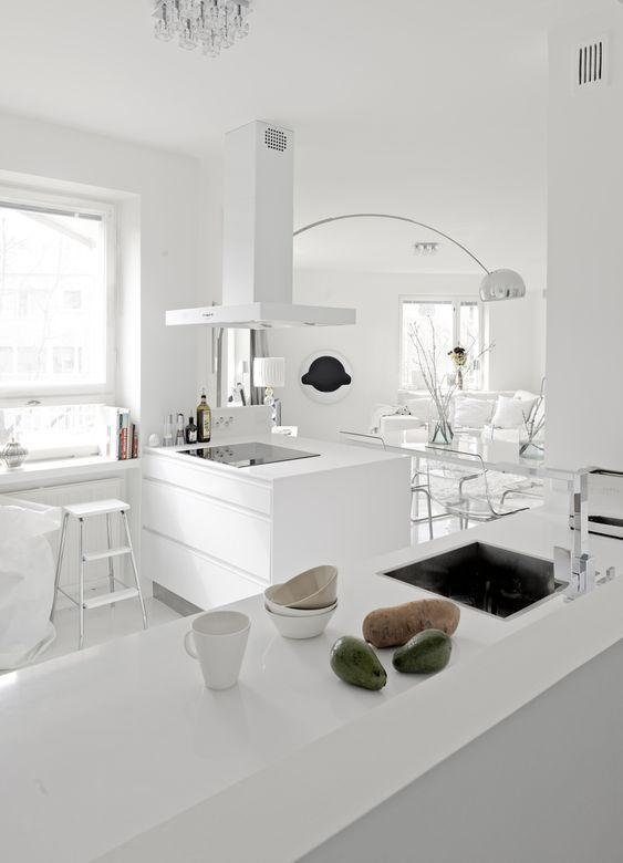 Idee Salle De Bain Rouge Et Blanc : Cuisines blanches, Intérieurs blancs and Cuisines on Pinterest