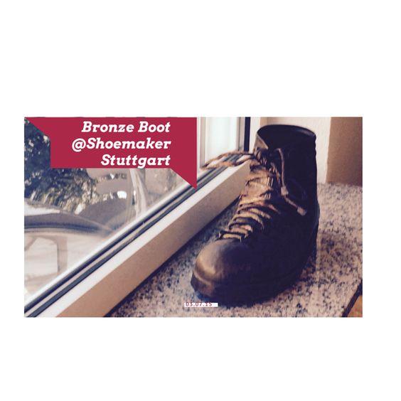 Noch gibt es sie, die kleinen Schuhmacherwerkstätten, wo jeder Schuh liebevoll wieder instand gesetzt wird. Aber wer kennt sie noch, die Aufwecker, Kaffeeriecher, Milchmädchen, Bürstenbinder, Lampenjungs, Bleidrucker …? Allesamt ausgestorbene Handwerkskünste, Berufe, die alle Sinne ansprachen. Wie die Schuhmacher. Wenn ich heute jemand mit Ledersohlen begegne, dann spitze ich die Ohren und lausche dem Sound der Schuhe. Jeder klingt anders.