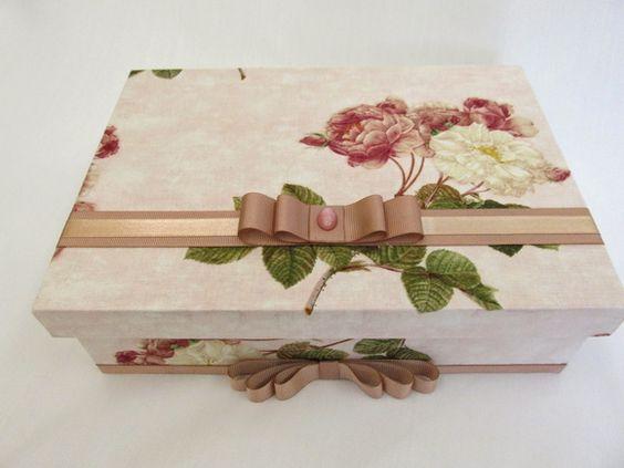 Caixa de madeira forrada de tecido floral rosa, tamanho 24x17cm.  Inclui sabonete líquido, toalha de mão com aplicação de tecido, 2 saches. R$ 78,00