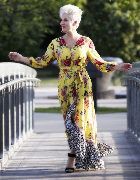 3. Simplesmente amo esse vestido da Shauna, do blog Chic over 50. O fundo amarelo é sempre usado no verão porque faz um match perfeito com as peles bronzeadas.