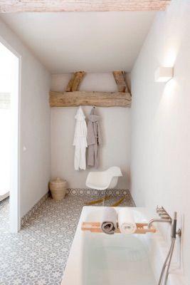 Badkamer inspiratie   Bijzondere vloer maakt deze ruimte helemaal af   Fotografie: celine nuberg