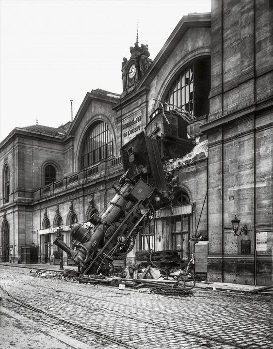 L'accident de la gare Montparnasse est un accident ferroviaire qui a eu lieu le 22 octobre 1895 à la gare de Paris-Montparnasse (appelée Gare de l'ouest à l'époque). - Le train express no 56 desservant la ligne Granville - Paris, transportant 131 passagers, est à l'origine de cet accident, l'un des plus spectaculaires de l'histoire des chemins de fer français. - Photo Antonin Neurdein / Fonds Roger-Viollet