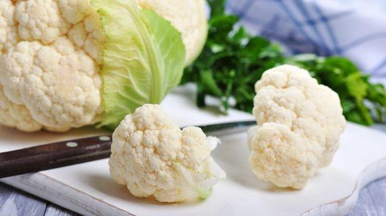 Blumenkohl ist das Gemüse schlechthin: Er schmeckt, ist bekömmlich, macht nicht dick und ist dazu reich an Vitamin C. Und das er mehr kann, als nur mit Butter oder Bechamelsoße daherzukommen, beweist Bayern 1-Sternekoch Alexander Herrmann.