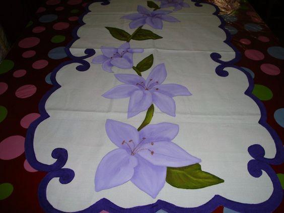camino de mesa lylys moradas