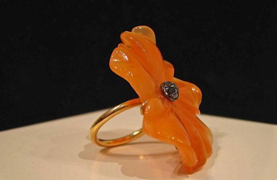 Anillo de cornalina flor con diamantes negros paveé por InmaCanero