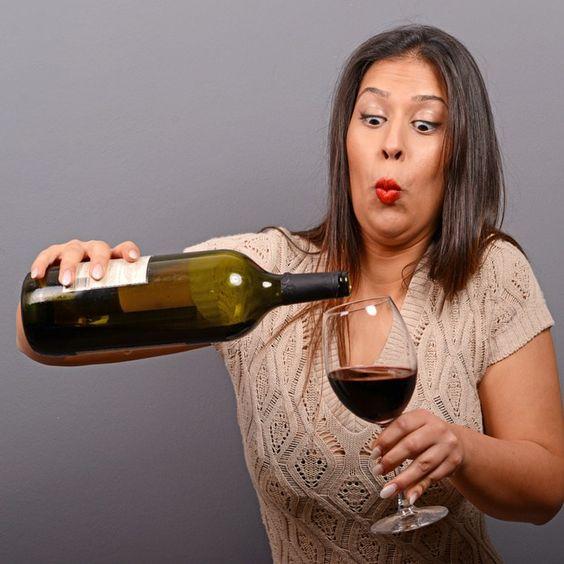 """Immer wenn ich einen scheelen Seitenblick von meiner Frau bekomme, weil ich mal wieder ein Gläschen Wein genieße, dann antworte ich ihr: """"Das ist doch nur Wahrheitssuche!"""" Denn es heißt so schön: """"In vino veritas""""! """"Im Wein liegt Wahrheit!"""", oder was? So trinkt nicht maßvoll die Sieglinde, den Wein damit…"""