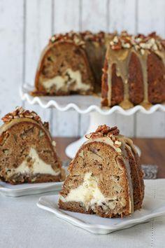 Pastel de manzana y queso crema, con frosting de praline