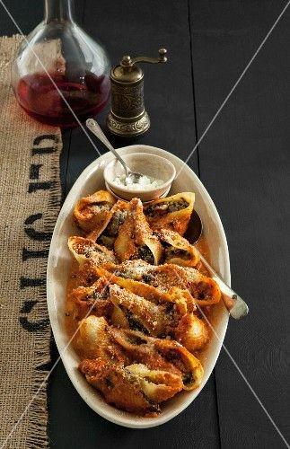Muschelnudeln mit Spinat-Pilz-Ricottafüllung - StockFood