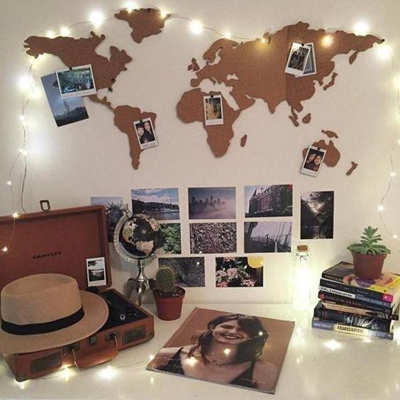 Idea para los viajeros y/o soñadores: Recrea el mapamundi con cartón y coloca fotos de los lugares que hayas visitado o quieras conocer. | 16 Ideas geniales para decorar una pared en tu habitación