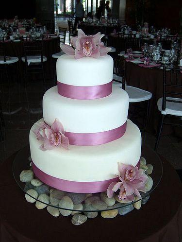 Bolo de três andares com faixas e orquídeas rosa
