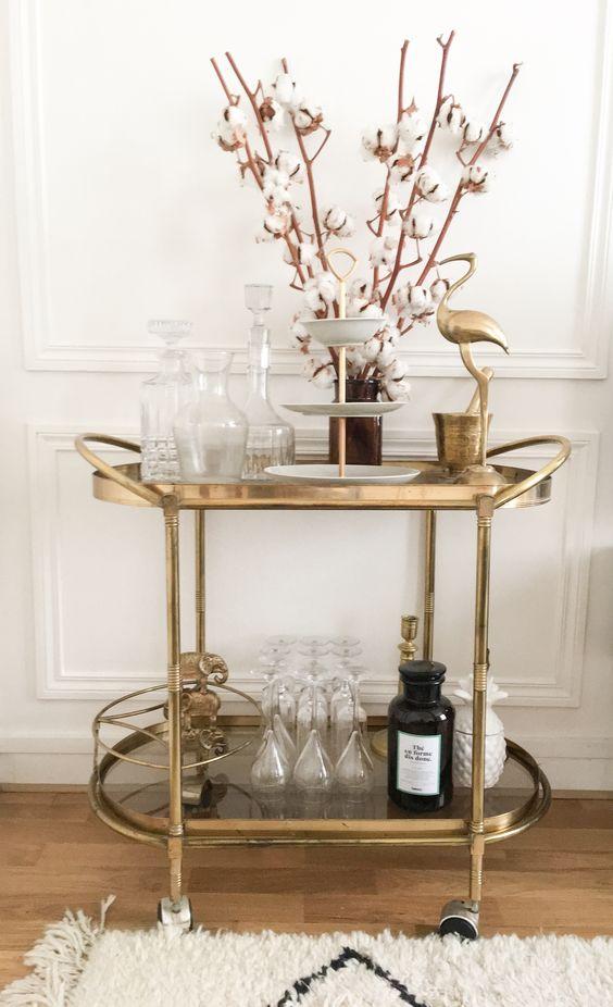 Salon, desserte en laiton, carafe à whisky, coupelle à fruits, héron en laiton, verre à pied, sceau à glace ananas, thé Selency