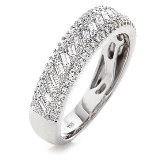 18 CARAT WHITE GOLD AND DIAMOND DRESS RING