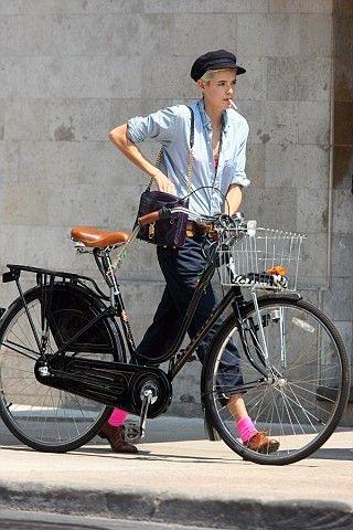 Agyness Deyn et son look garçonne pour une balade à vélo