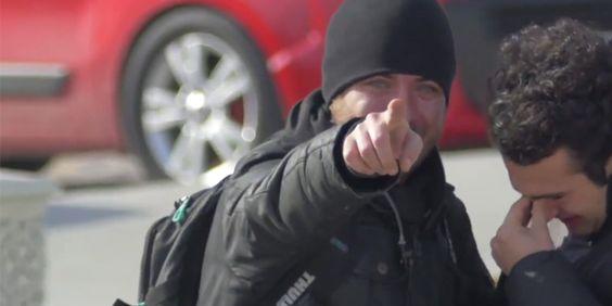 Em segredo, vizinhança inteira aprende língua de sinais para surpreender homem surdo