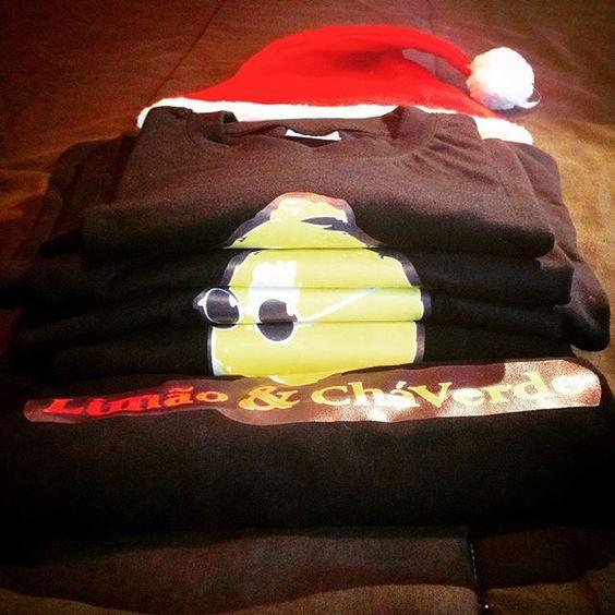 Os @limaoechaverde desejam um feliz natal a todos e relembramos que amanhã estaremos no Azores Winter Festival no Pico e dia 26 no Faial ! #limaoechaverde #azoresewinterfestival #picoisland #faialisland #azores #winter #festival #natal #christmas #tshirt #tshirts