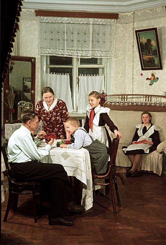"""Фотографии 50-х годов из журнала """"Огонёк"""". Пекарь С.И. Мельников с семьей в новой квартире, 1951 год:"""