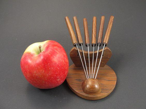 Vintage Obstmesser / Käsemesser / Messer im Set mit einer Halterung aus Holz, Vorspeisen, Party, Mid Century Design von ShabbRockRepublic auf Etsy